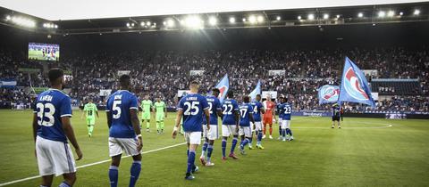 Die Mannschaft von Racing Straßburg läuft ins Stadion ein.
