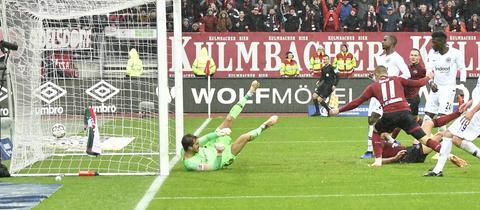 Die Eintracht kassiert in Nürnberg ein Gegentor.