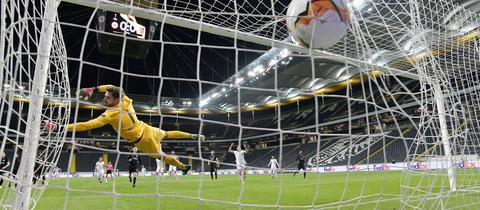 Kevin Trapp ohne Chance beim Gegentor gegen Basel
