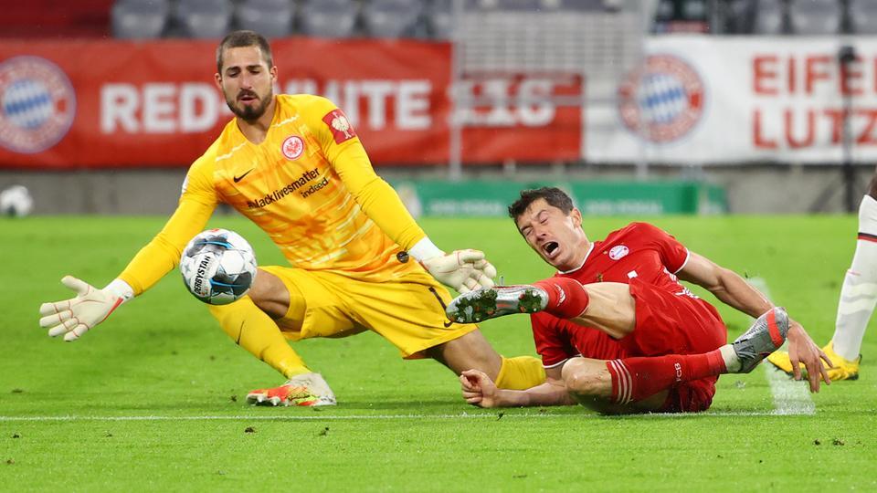 Eintracht-Torhüter Trapp im Duell mit Lewandowski von FC Bayern