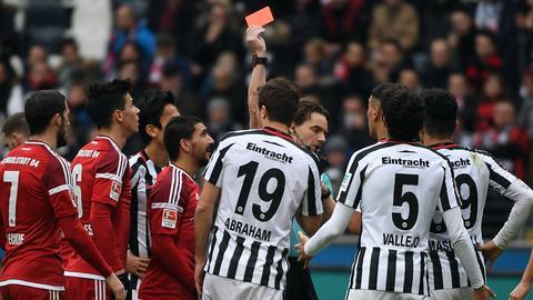 Schiedsrichter Winkmann stellt Abraham vom Platz