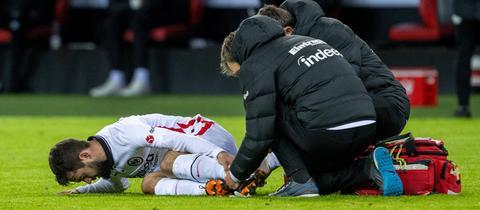 Amin Younes hat erst getroffen und sich dann verletzt. Hier wird er behandelt.