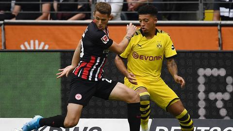 Ein Zweikampf aus der Partie Eintracht - Dortmund