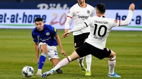 Filip KOstic im Zweikampf mit Amine Harit