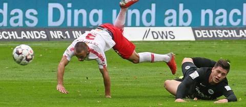 Frankfurts Luka Jovic (li.) und der Leipziger Marcelo Saracchi schenken sich in diesem Zweikampf keinen Zentimeter.