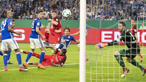 Eines seiner wichtigsten Tore: Luka Jovic trifft im Pokal zum Sieg auf Schalke. Auch in der Bundesliga war der Serbe extrem abschlussfreudig.