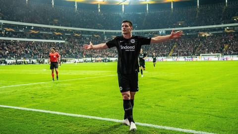 Luka Jovic saugt die Atmosphäre nach seinem Treffer gegen Lazio Rom auf.