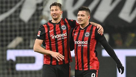 Luka Jovic und David Abraham beim 3:1 Sieg gegen Schalke