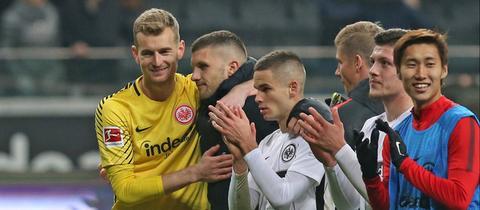 Zufriedenheit bei Eintracht Spielern nach Sieg gegen Bremen