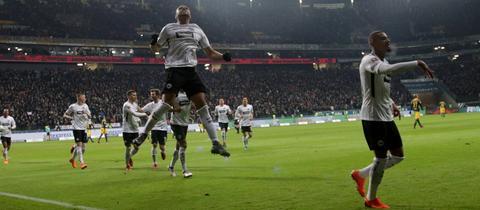 Simon Falette (li.) und Kevin-Prince Boateng bejubeln den Führungstreffer der Eintracht gegen Leipzig.