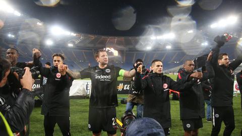 Die Frankfurter Mannschaft lässt sich nach dem Sieg in Rom feiern.