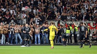 Spieler und Fans in Ekstase nach dem 2:0-Erfolg der Eintracht über Lissabon.