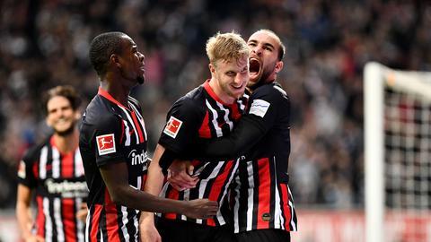 Jubel bei Eintracht Frankfurt - Hinteregger wird von Dost umarmt