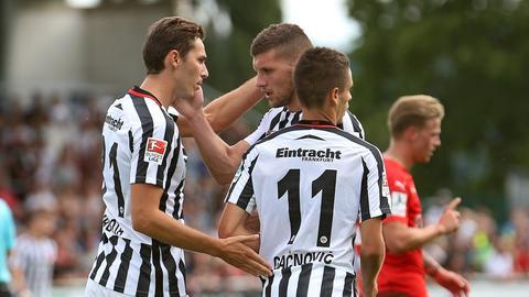 Die Eintracht-Profis Hrgota (v.li.), Rebic und Gacinovic bejubeln einen Treffer gegen Steinbach.