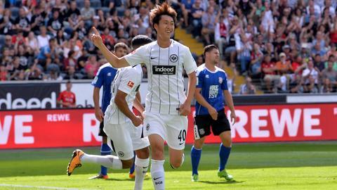Daichi Kamada bejubelt seinen Führungstreffer im Freundschaftsspiel der Eintracht gegen den FSV.