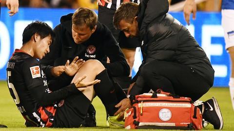 Daichi Kamada wird im Testspiel gegen Hertha behandelt