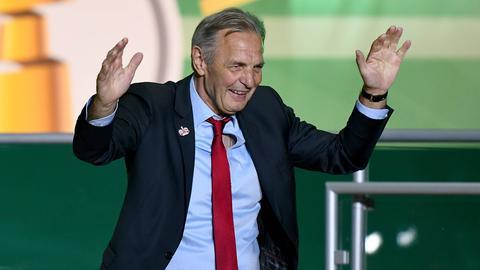 Eintracht-Legende Charly Körbel vertraut den Verantwortlichen bei der Suche nach neuen Spielern.