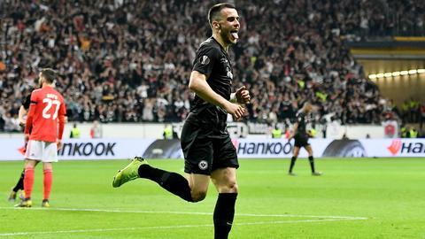 Eintracht-Spieler Kostic jubelt.