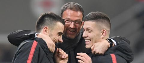 Bobic umarmt Kostic und Jovic