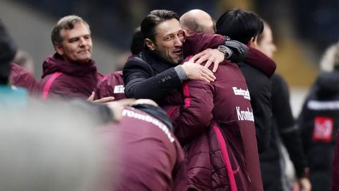 Niko Kovac jubelt, wird umarmt