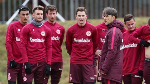 Niko Kovac gibt Anweisungen im Training.