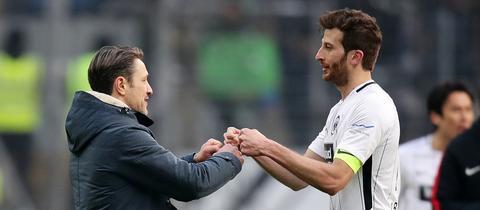 Kovac und Abraham klatschen sich ab.