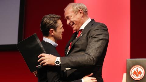 Kovac und Fischer umarmen sich.