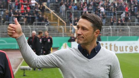 Kann zufrieden sein: Niko Kovac hebt den Daumen für die Leistungen seiner Spieler.