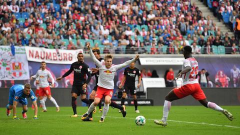 Jean-Kevin Augustin erwartet die Hereingabe vor dem Leipziger 1:0, Emil Forsberg jubelt schonmal sicherheitshalber.