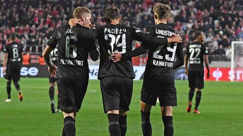 Kristijan Jakic, Goncalo Paciencia und Jesper Lindtsröm feiern den Treffer.
