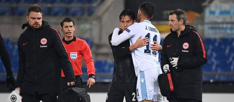 Freundschaftlich ging es nur auf dem Rasen zu: Hier tröstet Roms Correa den verletzten Frankfurter Hasebe.