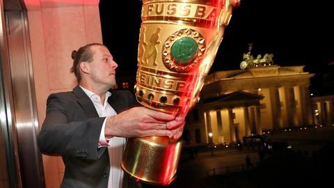 Meier mit Pokal in Berlin