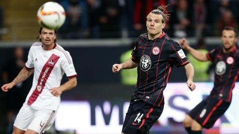 Die Eintracht-Spieler Alex Meier und Haris Seferovic schauen einem Ball nach.