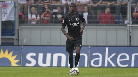 Evan N'Dicka gab beim SV Wehen Wiesbaden sein Debüt im Trikot der Frankfurter Eintracht.