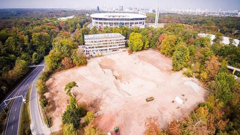 Auf dem Foto ist der Bauplatz zu sehen, auf dem die neuen Eintracht-Geschäftsstelle gebaut werden soll. Im Hintergrund die Skyline von Frankfurt.