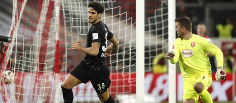 Der Ball zappelt im Netz: Goncalo Paciencia dreht zum Jubeln ab.