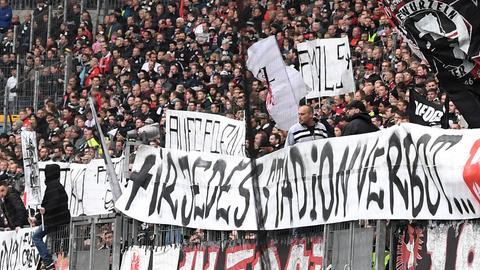 """Banner im Eintracht-Fanblock: """"Für jedes Stadionverbot... Bulle Tod!"""""""