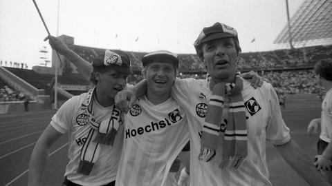 Frankfurter Spieler feiern nach dem Pokal-Sieg 1988