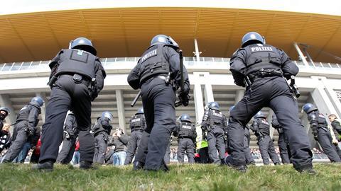 Polizisten vor dem Frankfurter Stadion