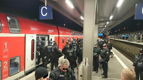 Polizisten am Bahnsteig Niederrad