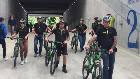 Radfahrer stehen im Frankfurter Waldstadion