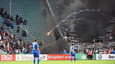 Rakete wird aus Eintracht-Block geschossen