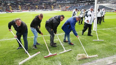 Dank fleißiger Helfer konnte das Spiel nach Dauerregen angepfiffen werden.