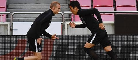 Sebastian Rode (li.) und Makoto Hasebe