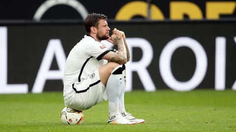 Eintracht-Verteidiger Marco Russ sitzt am Boden.
