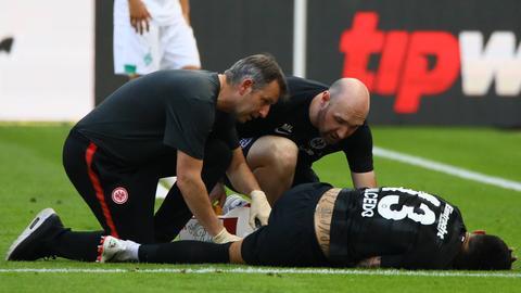 Carlos Salcedo krümmt sich nach einem Foul des Bremers Davy Klaasen vor Schmerzen.
