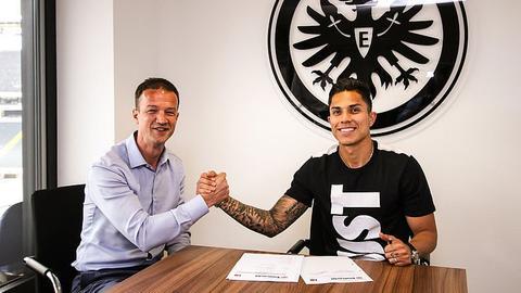Eintracht-Sportvorstand Bobic und der neue Innenverteidiger Salcedo