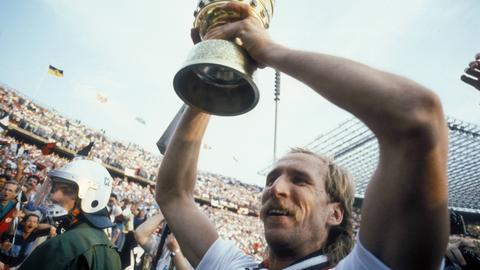 Frank Schulz stemmt im Mai 1988 den DFB-Pokal in die Höhe.