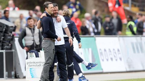 Schuster und Kovac umarmen sich.