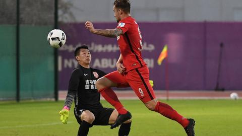 Eintracht-Angerifer Haris Seferovic geht am gegnerischen Torhüter vorbei.